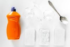 Abwaschflüssigkeit, -schwamm und -Geschirr auf Draufsicht des weißen Hintergrundes Stockfotos