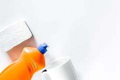 Abwaschflüssigkeit, -schwamm und -schale auf weißem copyspace Draufsicht des Hintergrundes Stockfotos