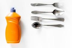 Abwaschflüssigkeit und -Geschirr auf Draufsicht des weißen Hintergrundes Lizenzfreies Stockfoto