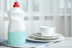 Abwaschflüssigkeit und saubere Teller Lizenzfreie Stockfotografie