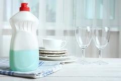 Abwaschflüssigkeit und saubere Teller Stockbild