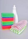 Abwaschflüssigkeit und -schwämme Stockbilder