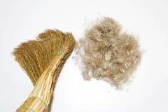 Abwaschflüssigkeit und -schwämme Besen- und Wollball auf weißem Hintergrund Fegen Sie Ihr Haar Stockfoto