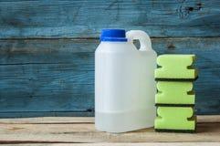 Abwaschflüssigkeit und -schwämme Gruppe Reinigungsmittel Lizenzfreie Stockfotos