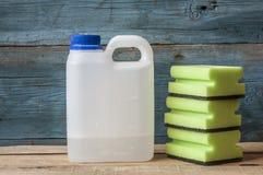 Abwaschflüssigkeit und -schwämme Gruppe Reinigungsmittel Lizenzfreie Stockbilder