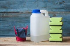 Abwaschflüssigkeit und -schwämme Gruppe Reinigungsmittel Stockfotografie