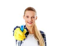 Abwaschflüssigkeit und -schwämme Junge Frau cleaninc Lizenzfreies Stockbild