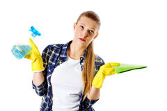 Abwaschflüssigkeit und -schwämme Junge Frau cleaninc Stockfoto