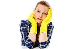 Abwaschflüssigkeit und -schwämme Junge Frau cleaninc Stockfotografie