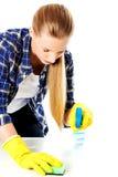 Abwaschflüssigkeit und -schwämme Junge Frau cleaninc Stockfotos