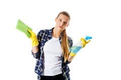 Abwaschflüssigkeit und -schwämme Junge Frau cleaninc Lizenzfreie Stockbilder