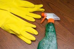 Abwaschflüssigkeit und -schwämme Reinigungswerkzeuge: Spray, Gummihandschuhe und Schwamm Lizenzfreie Stockbilder
