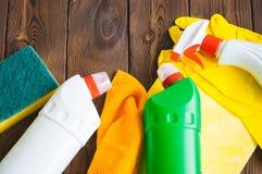 Abwaschflüssigkeit und -schwämme Sprays und Gummihandschuhe auf einem hölzernen backgroun Lizenzfreie Stockbilder