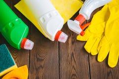 Abwaschflüssigkeit und -schwämme Sprays und Gummihandschuhe auf einem hölzernen backgroun Lizenzfreies Stockfoto