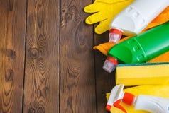 Abwaschflüssigkeit und -schwämme Sprays und Gummihandschuhe auf einem hölzernen backgroun Stockbilder