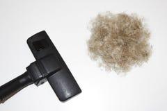 Abwaschflüssigkeit und -schwämme Staubsauger und Ball der Wolle auf einem weißen Hintergrund Bürste eines Staubsaugers und ein Kl Lizenzfreies Stockbild