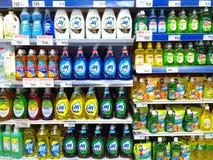 Abwaschflüssigkeit verkauft in einem Gemischtwarenladen Stockfotografie