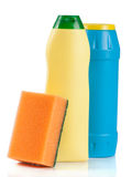 Abwaschreinigungsmittel mit dem Schwamm lokalisiert auf weißem Hintergrund Stockbilder