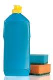 Abwaschreinigungsmittel mit dem Schwamm lokalisiert auf weißem Hintergrund Lizenzfreies Stockbild