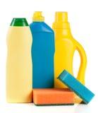 Abwaschreinigungsmittel mit dem Schwamm lokalisiert auf weißem Hintergrund Lizenzfreies Stockfoto
