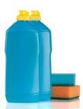 Abwaschreinigungsmittel mit dem Schwamm lokalisiert auf weißem Hintergrund Lizenzfreie Stockfotos