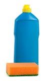 Abwaschreinigungsmittel mit dem Schwamm lokalisiert auf weißem Hintergrund Stockbild