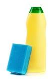 Abwaschreinigungsmittel mit dem Schwamm lokalisiert auf weißem Hintergrund Stockfotografie