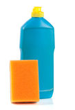 Abwaschreinigungsmittel mit Schwamm auf weißem Hintergrund Lizenzfreies Stockbild