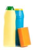 Abwaschreinigungsmittel mit Schwamm auf weißem Hintergrund Lizenzfreie Stockfotografie