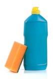 Abwaschreinigungsmittel mit Schwamm auf weißem Hintergrund Stockfotografie