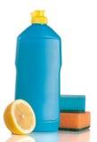 Abwaschreinigungsmittel mit Schwamm und Zitrone lokalisiert auf weißem Hintergrund Stockfotografie