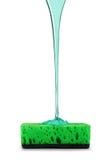 Abwaschreinigungsmittel wird auf einen Schwamm gegossen Lizenzfreie Stockfotos