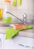 Abwaschwerkzeug auf Küche Countertop Lizenzfreie Stockbilder