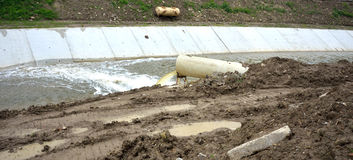 Abwasserüberlauf im Fluss Lizenzfreies Stockfoto