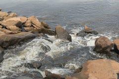 Abwasser, das in Fluss fließt Lizenzfreies Stockfoto