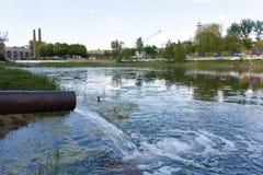 abwasser Die Gefahr einer ökologischen Katastrophe Stockbilder