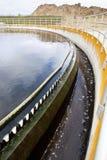 Abwasser fließt über Wehre in einem Klärwerk Stockfoto