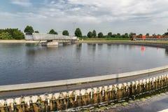 Abwasser im Sekundärsedimentationsbecken des Klärwerks Lizenzfreie Stockfotos