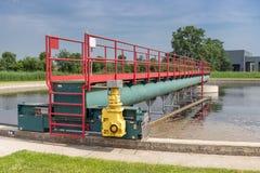 Abwasser im Sekundärsedimentationsbecken des Klärwerks Lizenzfreies Stockbild