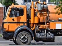 Abwasser-LKW auf der Straße Stockfotos