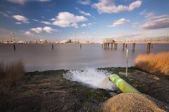 Abwasser-Rohr-und Raffinerie-lange Belichtung Stockfotos