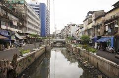 Abwasser und Verschmutzung und Abfall im Kanal an Sampeng-Piazza Lizenzfreies Stockfoto