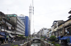 Abwasser und Verschmutzung und Abfall im Kanal an Sampeng-Piazza Stockbilder