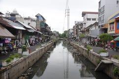 Abwasser und Verschmutzung und Abfall im Kanal an Sampeng-Piazza Lizenzfreies Stockbild