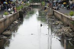Abwasser und Verschmutzung und Abfall im Kanal an Sampeng-Piazza Lizenzfreie Stockbilder