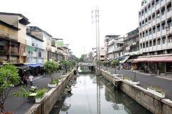 Abwasser und Verschmutzung und Abfall im Kanal an Sampeng-Piazza Stockfotos
