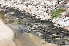 Abwasser vom Abfluss im Kanal Stockbild