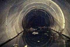 Abwasser von der Fabrik, das Abwasserrohr durchfließend Stockfotos