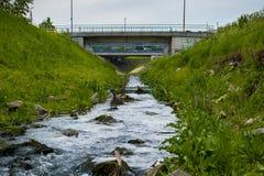 Abwasser-Wasser, das in den Fluss fließt Stockbild