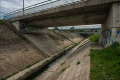 Abwasser-Wasser, das in den Fluss fließt Stockfoto